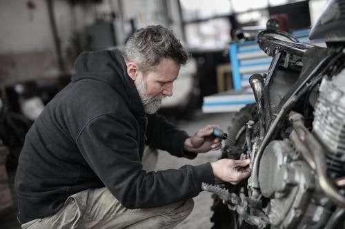 Motorfiets remblokken vervangen.